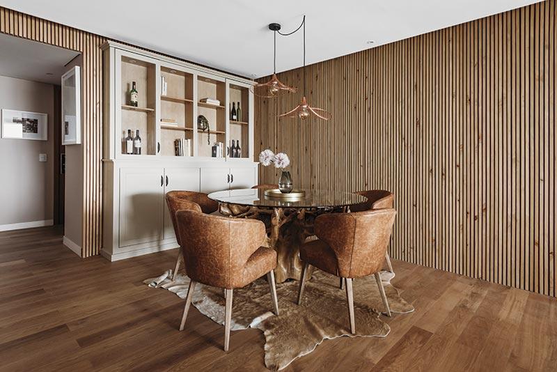 La tapa de la mesa es de vidrio sobre base de madera de Raiz (de Gayatri). Las sillas fueron diseñadas en cuero y realizadas a medida. Aquí, aunque opacos, los dorados dijeron presente.